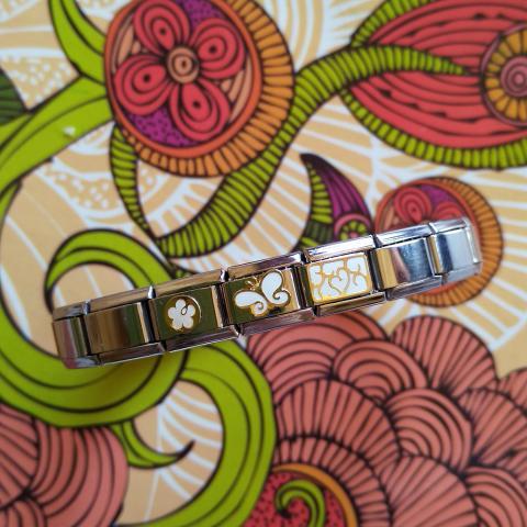 Три звена с бело-золотыми картинками - цветочком, бабочкой и узором и простые звенья. Размер 17 см, при желании можно расширить или уменьшить размен до нужного.